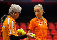 April 15, 2015, Netherlands, Den Bosch, Maaspoort, Fedcup Netherlands-Australia, Training session Dutch team, Arantxa Rus and coach Martin Bohm<br /> Photo: Tennisimages/Henk Koster