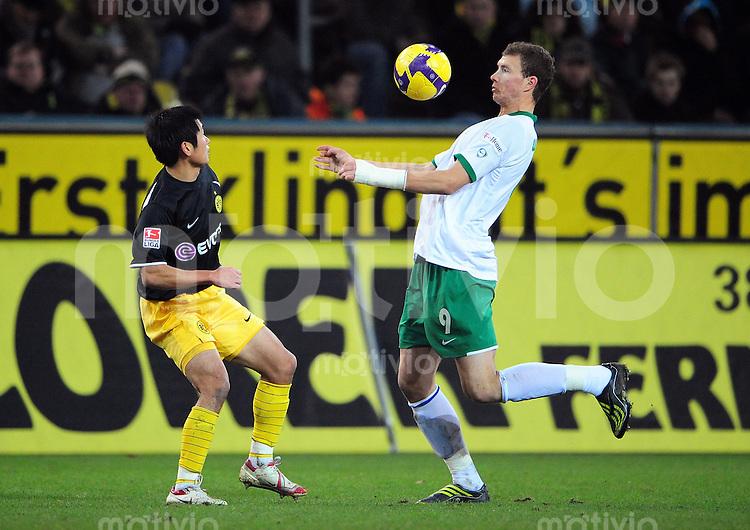 FUSSBALL   1. BUNDESLIGA   SAISON 2008/2009   15. SPIELTAG Borussia Dortmund - VfL Wolfsburg                        30.11.2008 Young-Pyo LEE (li, Dortmund) gegen Edin DZEKO (re, Wolfsburg)