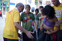 SAO PAULO, SP, 13 DE JANEIRO DE 2012 - CRACOLANDIA -Nem mesmo com a intervencao do  Padre Jucio Lancelotti os serviços de atendimento de emergencia estadual ou municipal, prestam auxilio a uma usuaria de crac que estava passando mal na Alameda Barao de Piracicaba, na  Cracolandia, centro da cidade, nesta manha de sexta-feira (13). O religioso acabou conseguindo,por intermedio de seus auxiliares, uma  cadeira de rodas  e levou a paciente para o posto de atendimento montado nas imediacoes.FOTO RICARDO LOU - NEWS FREE