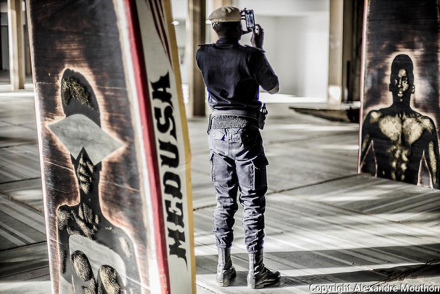Alexis Peskine, artiste français d'origine brésilienne, met en scène, dans son installation, les traditionnelles pirogues de pêcheurs dakarois pour aborder le thème des migrations économiques subsahariennes dirigées vers la France, eldorado toujours fantasmé.