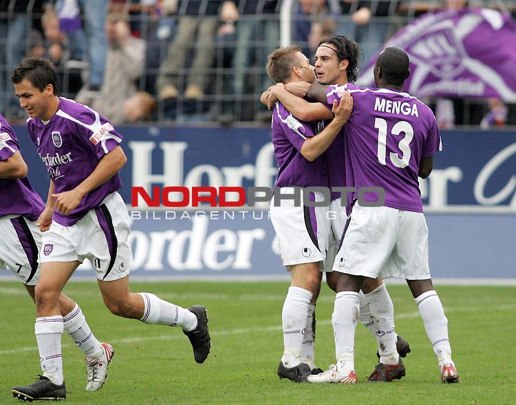 RLN 2006/2007 -  14. Spieltag, Hinrunde, Osnatel-Arena.<br /> <br /> VfL OsnabrŁck - BSV Kickers Emden.<br /> <br /> Thomas Reichenberger, TorschŁtze Alexander Nouri und Addy Menga (Osnabrueck, l-r) bejubeln das Tor zum 1:1 Ausgleich.<br /> <br /> Foto &copy; nordphoto