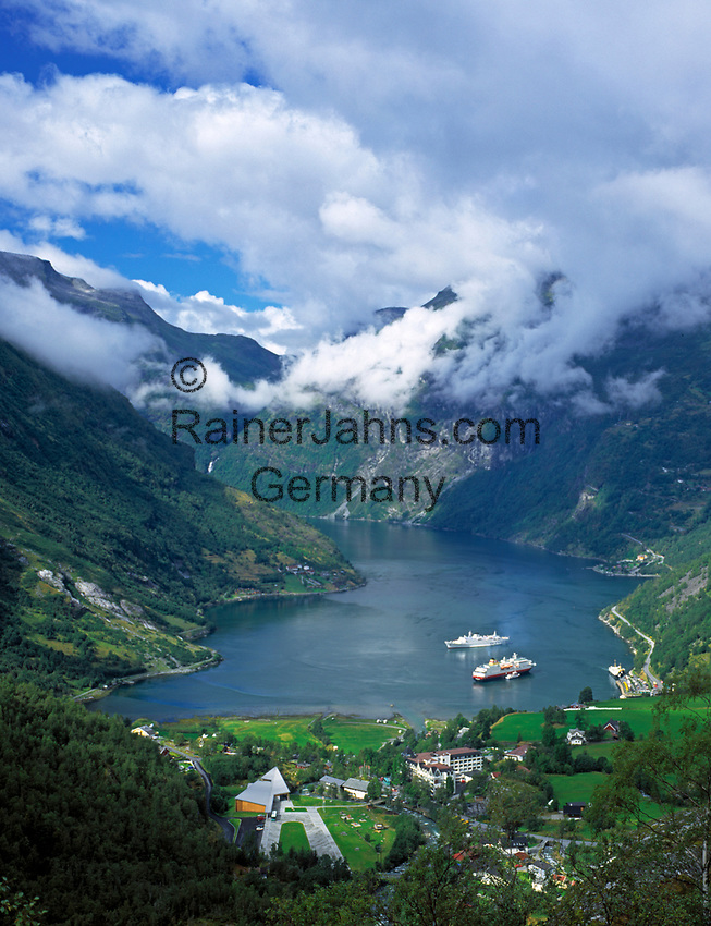 Norwegen, More og Romsdal, Geiranger am Geirangerfjord mit Kreuzfahrtschiffen | Norway, More og Romsdal, Geiranger at Geirangerfjord with cruise ships