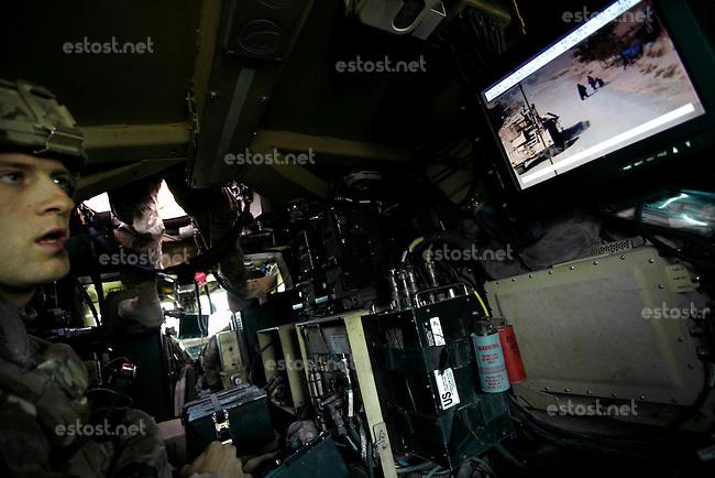 Afghanistan, 10.2012, Nawabad. US-Truppen sind in eine Sprengfalle geraten. Eine Minenraeumungsgruppe sucht die Strecke nach weitern Sprengsaetzen ab. Monitor im Minenraeumfahrzeug zur Gelaendeueberwachung.   US Army unit after being hit by an IED. A Route Clearance Package searches for further hidden IED´s along the road. Display in the mine clearing vehicle. © Timo Vogt/EST&OST