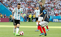 KAZAN - RUSIA, 30-06-2018: Ngolo KANTE (Der) jugador de Francia disputa el balón con Lionel MESSI (C) (Izq) jugador de Argentina durante partido de octavos de final por la Copa Mundial de la FIFA Rusia 2018 jugado en el estadio Kazan Arena en Kazán, Rusia. / Ngolo KANTE (R) player of France fights the ball with Lionel MESSI (C) (L) player of Argentina during match of the round of 16 for the FIFA World Cup Russia 2018 played at Kazan Arena stadium in Kazan, Russia. Photo: VizzorImage / Julian Medina / Cont