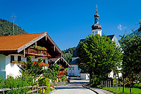 Deutschland, Bayern, Oberbayern, Chiemgau, Sachrang: Ortszentrum mit Pfarrkirche St. Michael | Germany, Bavaria, Upper Bavaria, Chiemgau, Sachrang: village with parish church St. Michael