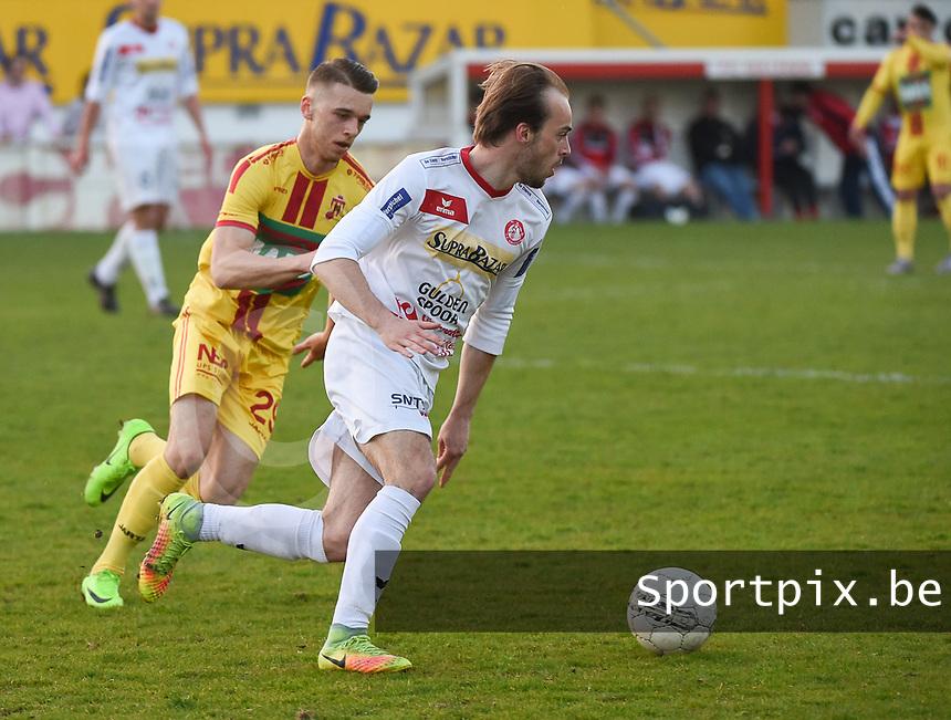 FC GULLEGEM - SV BORNEM :<br /> Nils Pierre (R) draait voorbij Arne Van Den Eynde (L)<br /> <br /> Foto VDB / Bart Vandenbroucke