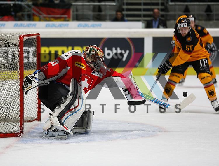 Benjamin CONZ (Torwart SUI) bekommt gerade noch die Kelle an die Scheibe vor dem wartenden Felix SCH&Uuml;TZ (Deutschland),<br /> <br /> Eishockey, Deutschland-Cup 2015, Augsburg, Deutschland vs. Schweiz, 06.11.2015,<br /> <br /> Foto &copy; PIX-Sportfotos *** Foto ist honorarpflichtig! *** Auf Anfrage in hoeherer Qualitaet/Aufloesung. Belegexemplar erbeten. Veroeffentlichung ausschliesslich fuer journalistisch-publizistische Zwecke. For editorial use only.