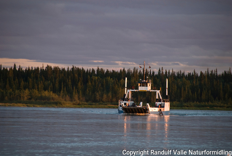 Ferge på vei over Mackenzie River, der den renner ut av Store Slavesjø. ---- Ferry crossing the Mackenzie River, at the outlet from Great Slave Lake.