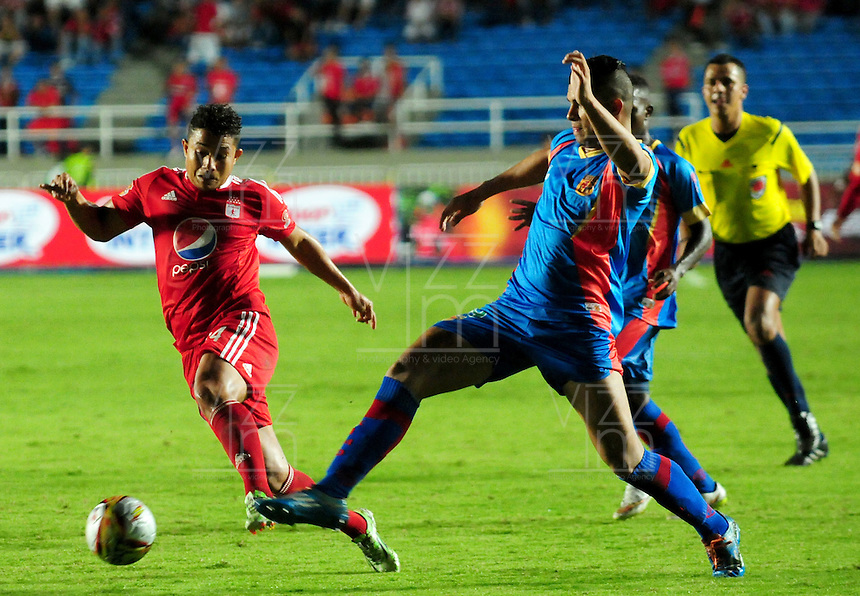 CALI -COLOMBIA-07-03-2016. Feiver Mercado (Izq) América de Cali disputa el balón con un jugador de Universitario de Popayán durante partido por la fecha 4 del Torneo Águila 2016 jugado en el estadio Ciro Lopez de Popayán./ Feiver Mercado (R) player of America de Cali struggles the ball with a player of Universitario de Popayan duringmatch for the date 4 of the Aguila Tournament 2015 played at Ciro Lopez stadium in Popayan. Photo: VizzorImage/ NR /