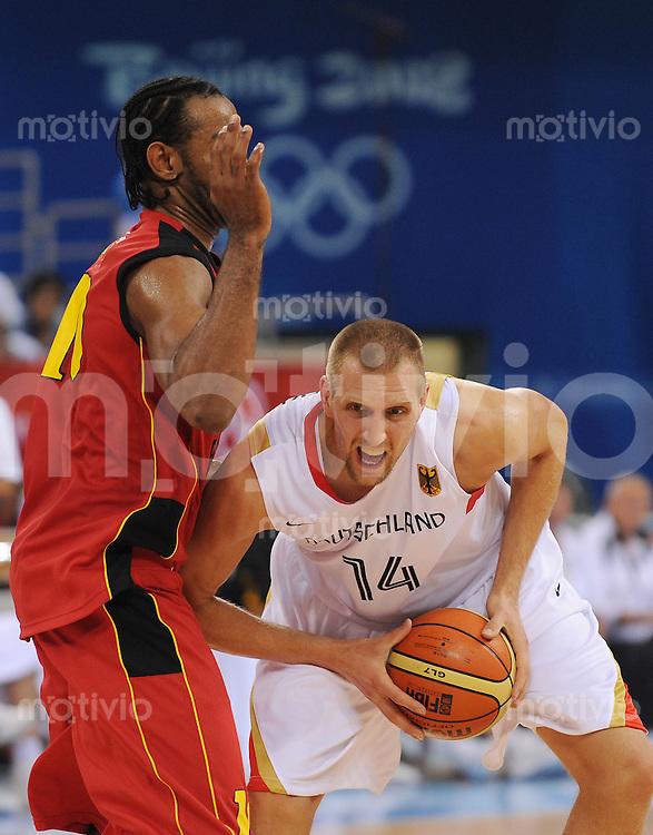 Olympia 2008  Peking  10.08.2008 Basketball, GER-ANG:  Dirk Novitzki (GER, rechts) gegen Joaquim Gomes (ANG).