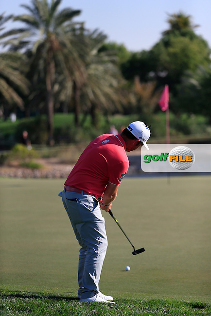 Andy SULLIVAN (ENG) putts onto the 13th green during Pink Friday's Round 2 of the 2015 Omega Dubai Desert Classic held at the Emirates Golf Club, Dubai, UAE.: Picture Eoin Clarke, www.golffile.ie: 1/30/2015