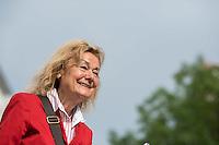 Proteste vor dem Landesparteitag der Berliner SPD.<br /> Gewerkschaften und Mieterorganisationen protestierten am Freitag den 27. Mai 2016 vor dem Landesparteitag der Berliner SPD gegen die Politik der Landesregierung. Die Gewerkschaften wollen keine weiteren Lohnkuerzungen der Angestellten im Oeffentlichen Dienst und weitere Entlassungen hinnehmen und die Mieterorganisationen wehren sich gegen den Verkauf von Sozialwohnungen an private Investoren.<br /> Im Bild: Ursula Engelen-Kefer, ehem. stellv. DGB-Vorsitzende und SPD-Mitglied solidarisiert sich mit den Forderungen der Gwerkschaften.<br /> 27.5.2016, Berlin<br /> Copyright: Christian-Ditsch.de<br /> [Inhaltsveraendernde Manipulation des Fotos nur nach ausdruecklicher Genehmigung des Fotografen. Vereinbarungen ueber Abtretung von Persoenlichkeitsrechten/Model Release der abgebildeten Person/Personen liegen nicht vor. NO MODEL RELEASE! Nur fuer Redaktionelle Zwecke. Don't publish without copyright Christian-Ditsch.de, Veroeffentlichung nur mit Fotografennennung, sowie gegen Honorar, MwSt. und Beleg. Konto: I N G - D i B a, IBAN DE58500105175400192269, BIC INGDDEFFXXX, Kontakt: post@christian-ditsch.de<br /> Bei der Bearbeitung der Dateiinformationen darf die Urheberkennzeichnung in den EXIF- und  IPTC-Daten nicht entfernt werden, diese sind in digitalen Medien nach §95c UrhG rechtlich geschuetzt. Der Urhebervermerk wird gemaess §13 UrhG verlangt.]