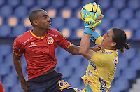 BARRANQUIILLA -COLOMBIA-05-06-2013. Carlos Ossa (Izq) de Uniauntónoma disputa el balón con Juan Castillo (Der) arquero de Deportivo Pasto en partido por la fecha 12 de la Liga Postobón II 2014 jugado en el estadio Metropolitano de la ciudad de Barranquilla./ Carlos Ossa (L) player of Uniautonoma fights for the ball with  Juan Castillo (R) goalkeeper of Deportivo Pasto during match valid for the 12th date of the Postobon League II 2014 played at Metropolitano stadium in Barranquilla city.  Photo: VizzorImage/Alfonso Cervantes/STR