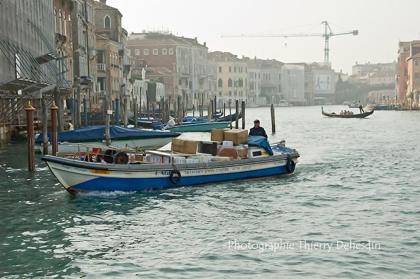 Transport de marchandises sur le Grand Canal..(Venise, Octobre 2006)