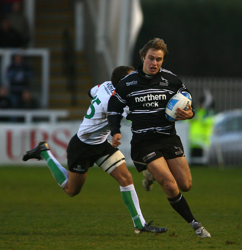 Photo: Andrew Unwin..Newcastle Falcons v Montauban. European Challenge Cup. 17/12/2006..Newcastle Falcons' Mathew Tait (R) makes a break.