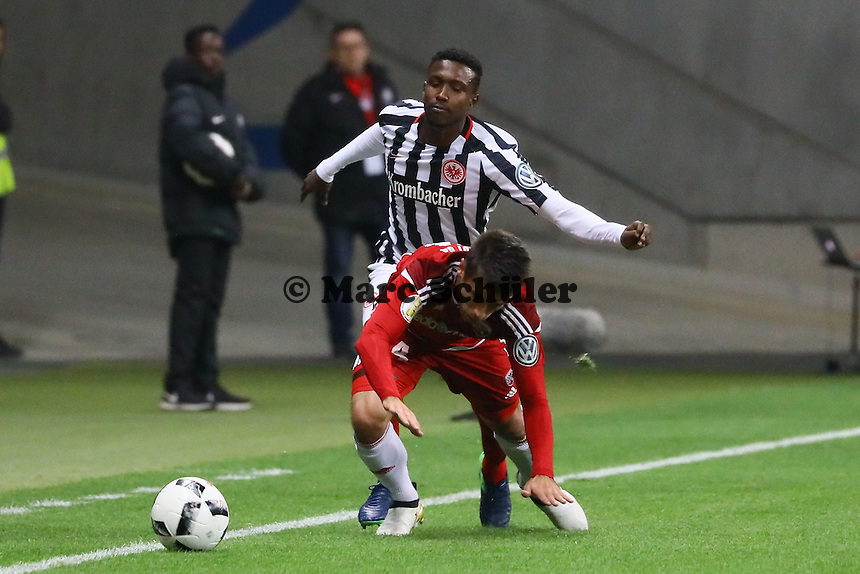 Taleb Tawatha (Eintracht Frankfurt) gegen Stefan Lex (FC Ingolstadt 04) - 25.10.2016: Eintracht Frankfurt vs. FC Ingolstadt 04, 2. Hauptrunde DFB-Pokal, Commerzbank Arena