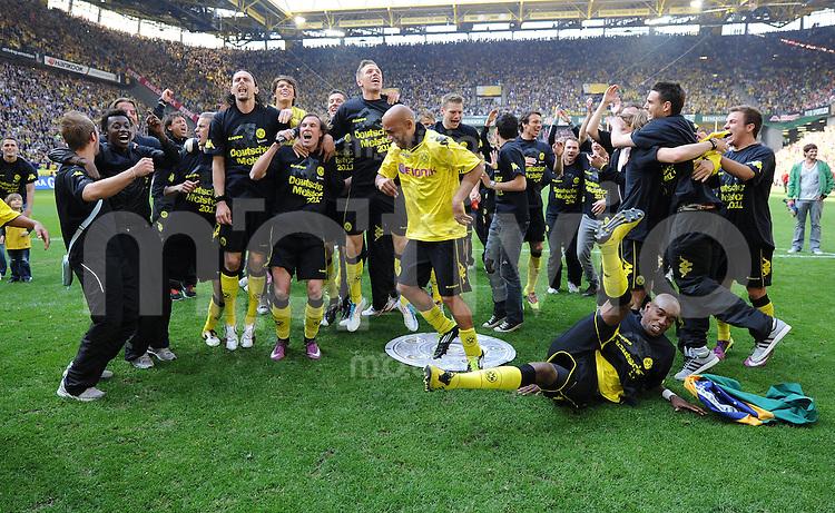 FUSSBALL   1. BUNDESLIGA   SAISON 2010/2010   32. Spieltag Borussia Dortmund - 1. FC Nuernberg                     30.04.2011 Borussia Dortmund feiert den Gewinn der Deutschen Meisterschaft 2011:  Jubel nach dem Abpfiff: Neven SUBOTIC, Kevin GROSSKREUTZ, Marco STIEPERMANN, DEDE, Lukasz PISZCZEK, Nuri SAHIN, Felipe SANTANA und Mario GOETZE (v.l., u.a., alle Dortmund)