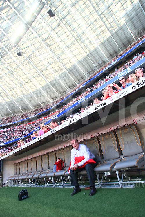 Fussball 1. Bundesliga Saison 2006/2007    5. Spieltag           Bayern Muenchen - Alemannia Aachen Uli HOENESS (Bayern) sitzt alleine auf der Bank in der AllianzArena und wartet auf den Spielbeginn.