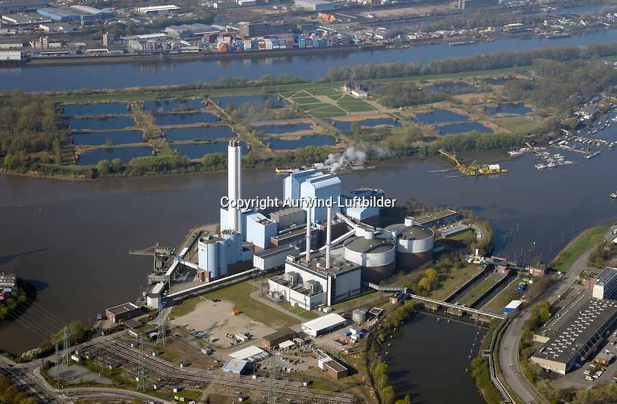 Heizkraftwerk Tiefstack: DEUTSCHLAND, HAMBURG, (GERMANY), 09.04.2017: Heizkraftwerk Tiefstack, dahinter das alte Elbwasserwerk Kalte Hofe
