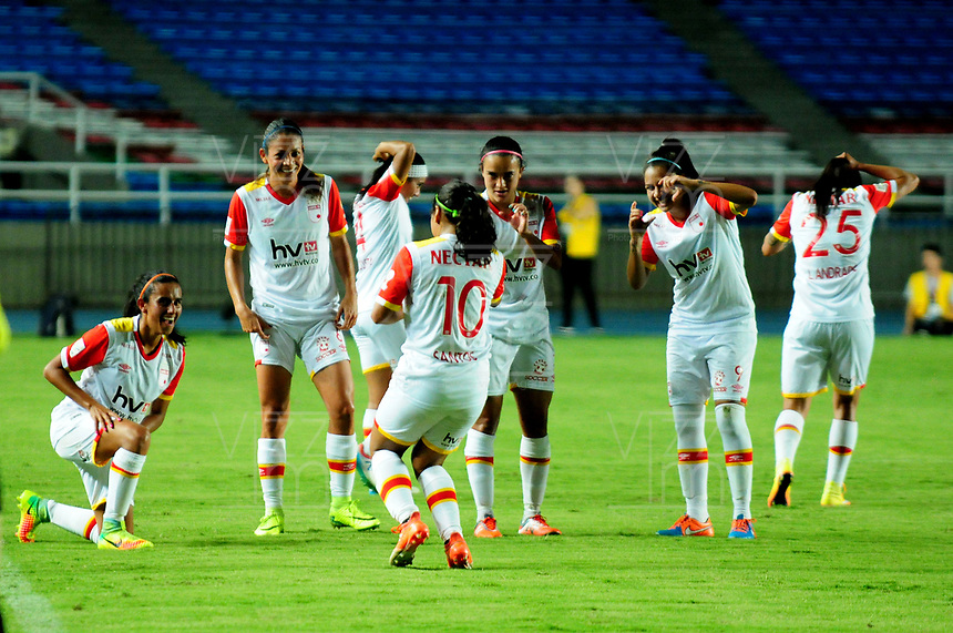 CALI - COLOMBIA - 19 - 05 - 2017: Las jugadoras de Independiente Santa Fe, celebran el gol anotado a America, durante partido de ida entre America de Cali y el Independiente Santa Fe, por los cuartos de final de la Liga Femenina Aguila 2017, en el estadio Pascual Guerrero de la ciudad de Cali. / The players of Independiente Santa Fe, celebrate a goal scoring to America, during a match for the first leg between America de Cali and Independiente Santa Fe, of the quarterfinals for the Liga Femenina Aguila 2017 at the Pascual Guerrero stadium in the city of Cali, Photo: VizzorImage / Nelson Rios / Cont.