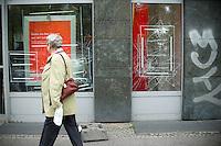 Berlin, Eingeschlagene Scheibe einer Sparkasse am Donnerstag (02.05.13) in der Heinrich-Heine-Strasse in Kreuzberg nach dem 1. Mai. Foto: Steffi Loos/CommonLens