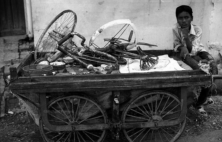 11.2010 Bundi (Rajasthan)<br /> <br /> Young boy in a street of Bundi.<br /> <br /> Jeune garçon dans la rue de Bundi.