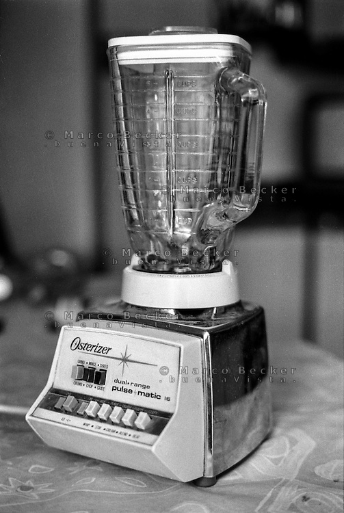 Un vecchio frullatore Osterizer pulse matic 16 degli anni 60, della americana Oster --- An old blender Osterizer pulse matic 16 from the sixties, made by North American brand Oster