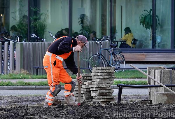 Science Park Utrecht. Straat wordt opengebroken. Er worden nieuwe kabels gelegd.