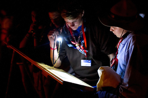 Scouts reading wise words from famous wise persons such as Nelson Mandela and Gandi. Photo: Mikko Roininen / Scouterna