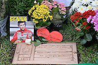SÃO PAULO, SP, 01.05.2014 – 20 ANOS DA MORTE DE AYRTON SENNA  - Movimentação de fãs em frente ao túmulo onde está enterrado o piloto tricampeão de Fórmula 1 Ayrton Senna, no Cemitério do Morumbi em São Paulo. A data marca os 20 anos de sua morte, ocorrida após acidente na curva Tamburello no GP de San Marino em 1994. (Foto: Levi Bianco / Brazil Photo Press).