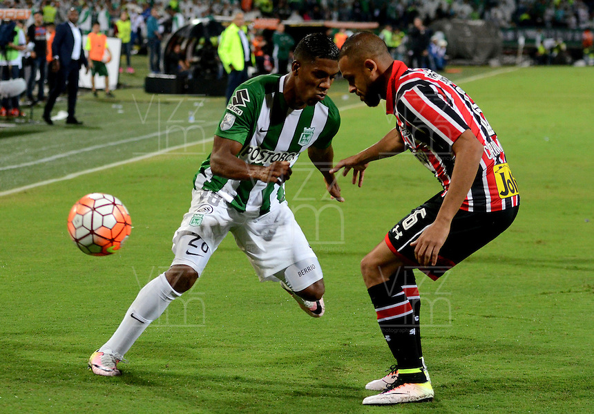 MEDELLIN - COLOMBIA-13-07-2016: Orlando Berrio (Izq.) jugador de Atlético Nacional de Colombia disputa el balón Carlinhos (Der) jugador de Sao Paulo de Brasil, durante partido entre Atlético Nacional de Colombia y Sao Paulo de Brasil por las semifinales, de la Copa Bridgestone Libertadores 2016 jugado en el estadio Atanasio Girardot de la ciudad de Medellín. / Orlando Berrio (L) player of Atletico Nacional of Colombia fights for the ball with Carlinhos (R) player of Sao Paulo of Brasil, during match between Atlético Nacional of Colombia and Sao Paulo of Brasil, match for the second leg of the Copa Bridgestone Libertadores 2016 played at Atanasio Girardot stadium in Medellin city. Photo: VizzorImage / León Monsalve / Cont
