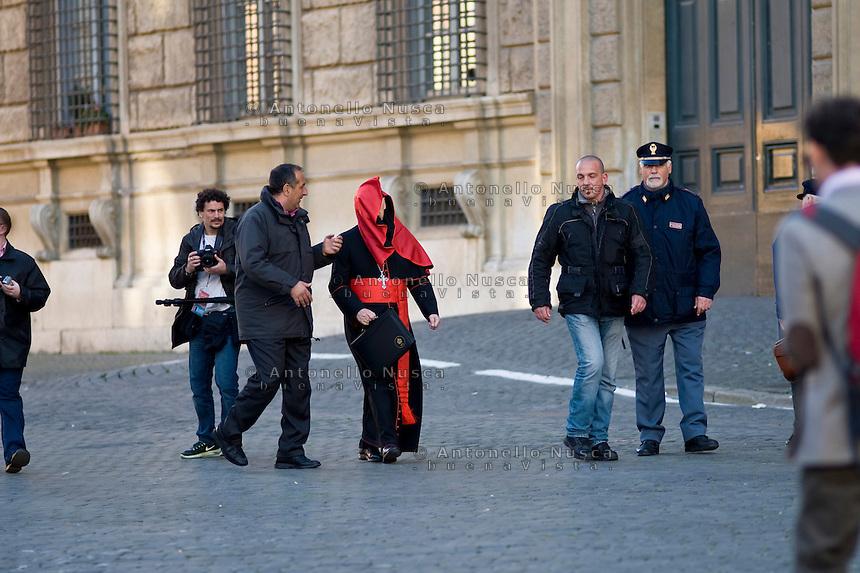 Continuano gli incontri dei cardinali per trovare l'accordo sulla data dell'inizio del Conclave che porterà all'elezione del nuovo Papa dopo le dimissioni di Benedetto XVI. Un cardinale arriva in Vaticano