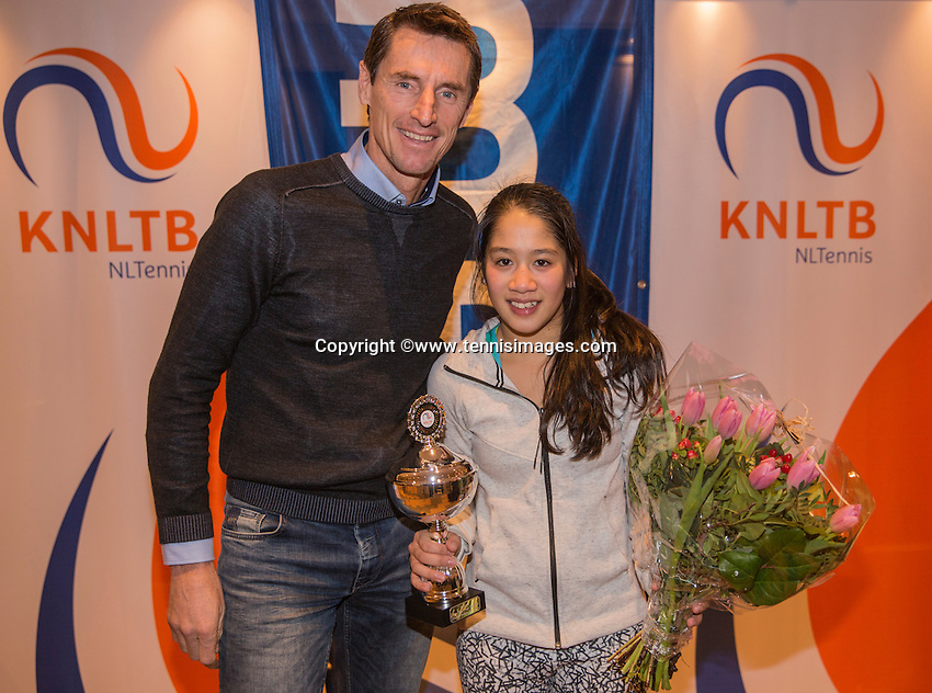 Hilversum, Netherlands, December 4, 2016, Winter Youth Circuit Masters, 2 th place girls 16 years, Lian Tran with Fedcup captain Paul Haarhuis.<br /> Photo: Tennisimages/Henk Koster