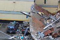 SÃO PAULO, SP, 24.12.2014 - MURO DESABA EM CONDOMÍNIO - Muro desaba sobre veículos do edifício Roma, localizado na Rua Romão Puigari, na Vila das Mercês em São Paulo, SP, na madrugada desta terça-feira (23). O muro desabou, atingindo pelo menos dez veículos no estacionamento. O Corpo de Bombeiros foi acionado, e o prédio teve de ser esvaziado às pressas pelos condôminos.  (Foto: Renato Mendes / Brazil Photo Press)