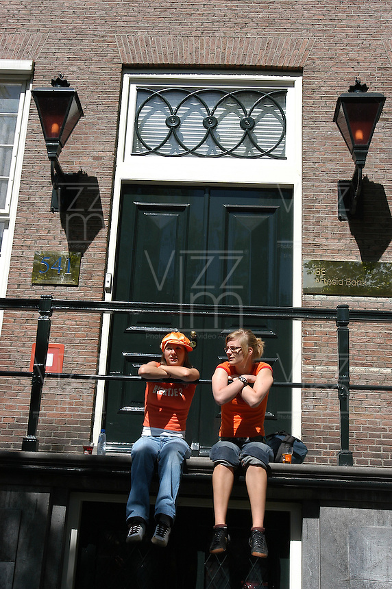 AMSTERDAM-HOLANDA-  Una pareja de muejres sentadas en un balcón durante el día de la Reina./ couple of young women sitting on a balcony during the Queen's day. Photo: VizzorImage/STR