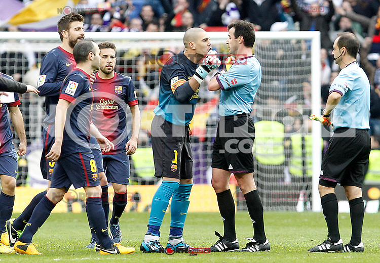 FC Barcelona's Victor Valdes have words with the referee Miguel Angel Perez Lasa in presence of Gerard Pique (l), Andres Iniesta (2l) and Jordi Alba (3l) after La Liga match.March 02,2013. (ALTERPHOTOS/Acero) /NortePhoto