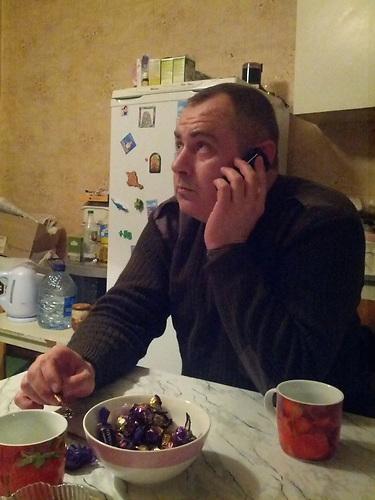 Alexej Relke, Deutscher K&auml;mpfer in der Ostukraine, fotografiert (mit einem Mobiltelefon)<br />w&auml;hrend einer Gespr&auml;chspause. 12/ 2014