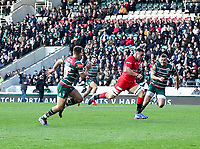 27th October 2019; Welford Road Stadium, Leicester, East Midlands, England; English Premiership Rugby, Tigers versus Saracens; Man of the match Saracens flanker Ben Earl races through the Tigers defence to score his first try on 48 minutes  - Editorial Use