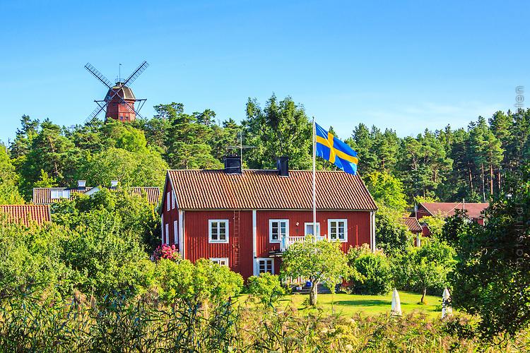 Hus och väderkvarn på Utö i Stockholms skärgård