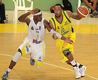 BBUCARAMANGA - COLOMBIA: 05-04-2013: Phillip Brooks (Izq.) de Bucaros Freska Leche de Bucaramanga, disputa el balón con Dorsey Dorsey Darrin Ray (Der.) Bambuqueros de Neiva, abril 5 de 2013. Bucaros Freska Leche y Bambuqueros de Neiva en la  fecha 23 de  la Liga Directv Profesional de baloncesto en partido jugado en el Coliseo Vicente Díaz Romero. (Foto: VizzorImage / Jaime Moreno / Str). Phillip Brooks (L) of de Bucaros Freska Leche from Bucaramanga, fights for the ball with con con Dorsey Darrin Ray (L) of Bambuqueros de Neiva, April 5, 2013. Bucaros Freska Leche and Bambuqueros de Neiva in the match for the 23 date of the Directv Professional League basketball, game at the Coliseo Vicente Diaz Romero (Photo: VizzorImage / Jaime Moreno / Str). ..