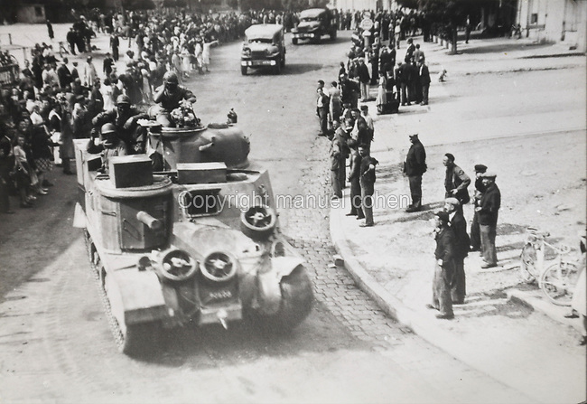 Photograph of the arrival of the Americans on 8th August 1944, during the Second World War, in Sable-sur-Sarthe, Pays de la Loire, France. Collection G Cherrier. Picture by Manuel Cohen / Further clearances required