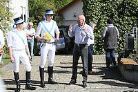 Kerwevadder Heiko Fischer am Haus von Alt-Bürgermeister Horst Gölzenleuchter