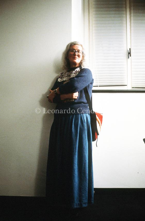 Angela Carter (7 May 1940 – 16 February 1992) was an English novelist and journalist, known for her feminist, magical realism, and picaresque works. Angela Carter è stata una scrittrice e giornalista britannica, conosciuta per le sue opere femministe, di realismo magico e di fantascienza. La sua prosa concilia l'horror-fantasy più macabro con la commedia erotica. Milano, maggio 1986. Spazio Krizia ( I Visitors ). © Leonardo Cendamo