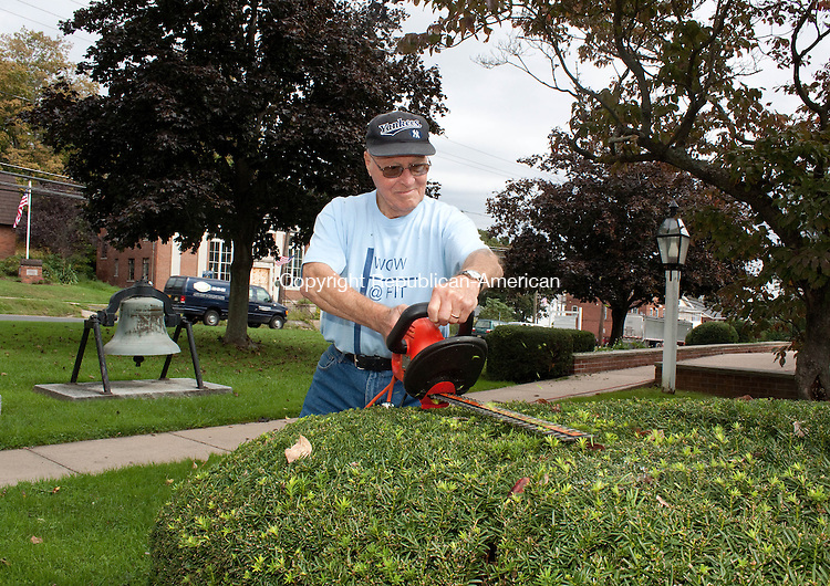TERRYVILLE CT.-28 SEPTEMBER 20110 092811DA02- Roland Anderson of Terryville volunteers his time to trim bushes at the Terryville Congregational Church on Wednesday. Anderson and his wife have been members of the congregation for 65 years.<br /> Darlene Douty Republican American