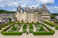 France, Indre-et-Loire, Langeais, château et jardin de langeais, massifs structuré autour d'une fontaine avec topiaire d'ifs, de buis et valériane pourpre