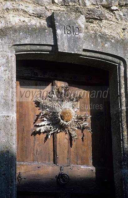Europe/France/Midi-Pyrénées/12/Aveyron/La Couvertoirade : Cité templière - Détail de la porte et cardabelle (Carlina Acanthifolia - chardon de la famille des Asteraceae) d'un habitat