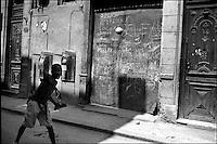 Cuba, Havana.<br /> Gioco del baseball per le strade di Habana Vieja.<br /> Cuba, Havana.<br /> Baseball in the streets of Habana Vieja.