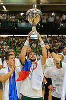 Momir Rnic (FAG) mit dem Pokal bei der Siegerehrung