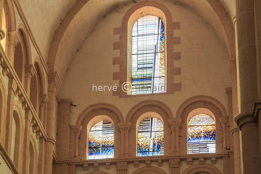 France, Saône-et-Loire (71), Paray-le-Monial, basilique du Sacré-Coeur, vitraux du transept réalisés en 1986 par André Ropion // France, Saone et Loire, Paray le Monial, Sacre Coeur basilica