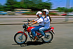 Transporte em motocicleta. São Paulo. 1991. Foto de Juca Martins.